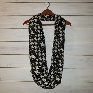 2 Chic infinity scarf with hidden pocket